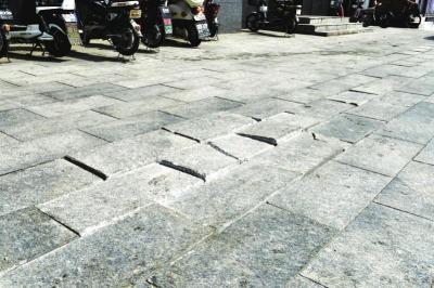 金春时代商场楼南侧三包区域内路面地砖破损.